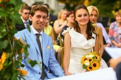 Богатый стильные groom и невеста держа руку около свода sunf Стоковые Фотографии RF