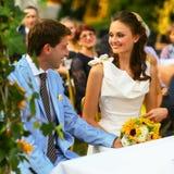 Богатый стильные groom и невеста держа руку около свода sunf Стоковые Изображения RF