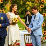 Богатый стильные groom и невеста держа руку около свода sunf Стоковое фото RF