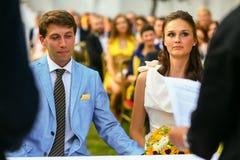Богатый стильные groom и невеста держа руку около свода sunf Стоковая Фотография