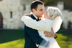 Богачи холят и трава стены предпосылки huggingoutdoor невесты греет a Стоковое фото RF