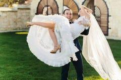 Богачи холят и трава стены предпосылки huggingoutdoor невесты греет a Стоковое Изображение RF