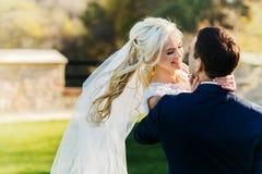 Богачи холят и трава стены предпосылки huggingoutdoor невесты греет a Стоковые Изображения