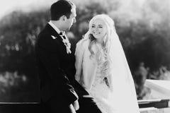 Богачи холят и трава стены предпосылки huggingoutdoor невесты греет a Стоковые Изображения RF