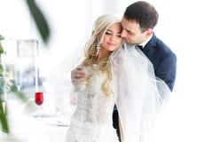 Богачи холят и трава стены предпосылки huggingoutdoor невесты греет a Стоковое Изображение