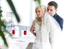 Богачи холят и трава стены предпосылки huggingoutdoor невесты греет a Стоковая Фотография