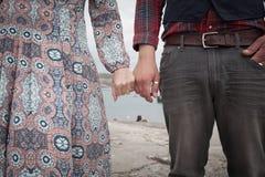 Богемские пары держа руки морем в лете Стоковые Изображения RF