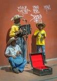 БОГОТА, КОЛУМБИЯ - 21-ое ноября: Семья музыкантов улицы на n стоковые фотографии rf