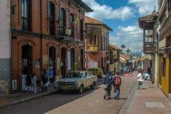 БОГОТА, КОЛУМБИЯ - 20-ое ноября: Улица района o Candelaria стоковое изображение rf