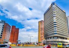 БОГОТА, КОЛУМБИЯ - 11-ОЕ ОКТЯБРЯ 2017: Городской пейзаж Боготы, улица Carrera 7 девятая и здание BD Bacata в Боготе Стоковое фото RF