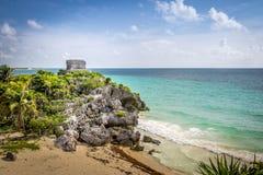 Бог виска ветров и карибского пляжа - майяских руин Tulum, Мексики Стоковое фото RF
