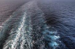 Бодрствование от туристического судна стоковая фотография