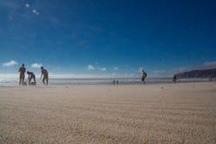 Бодрствование пляжа Guincho всходя на борт массивного ветра стоковое фото rf