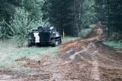 Боевая машина пехоты стоимости леса доля дороги военного оборудования r стоковое фото