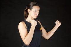 Боевые искусства женщины практикуя стоковые фотографии rf