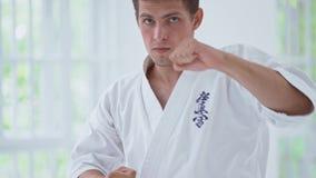 Боевые искусства мастерские на тренировке боя в спортзале видеоматериал