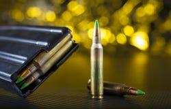Боеприпасы AR-15 и кассета наклоненные зеленым цветом Стоковое Фото