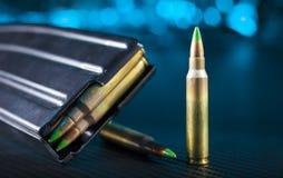 Боеприпасы AR-15 и кассета с синью позади стоковые фотографии rf
