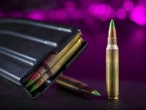 Боеприпасы AR-15 наклоненные зеленым цветом Стоковое Фото