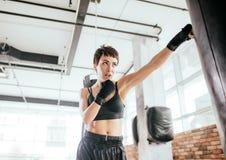 Боец боевых искусств в sporty clothers улучшая руку наблюдает координация Стоковое Изображение