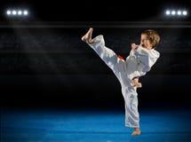 Боец боевых искусств мальчика в зале спорт Стоковое Изображение RF