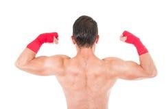 Боец боевых искусств нося красные шорты и Стоковые Изображения RF