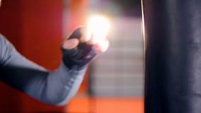 Боец, груша руки боксера Конец-вверх сток-видео
