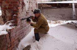 Боец Красной Армии с пулеметом в руинах Сталинграда Стоковая Фотография RF