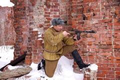 Боец Красной Армии с пулеметом в руинах Сталинграда Стоковые Изображения