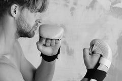 Боец Muttahida Majlis-E-Amal с сильным телом практикует боевые искусства Стоковое Изображение