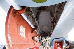 Боец Su-35 на авиасалоне Воздушные судн на авиаполе для того чтобы показать аудиторию Открытый отсек для бомб Внутреннее equi бой Стоковые Фото