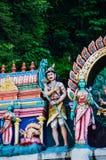 Божества статуи индусские на крыше виска в пределах Batu выдалбливают Batu выдалбливает - комплекс пещер известняка в Куалае-Лумп стоковое изображение