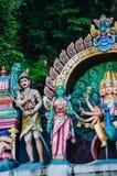 Божества статуи индусские на крыше виска в пределах Batu выдалбливают Batu выдалбливает - комплекс пещер известняка в Куалае-Лумп стоковые изображения