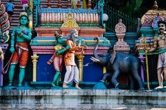 Божества статуи индусские на крыше виска в пределах Batu выдалбливают Batu выдалбливает - комплекс пещер известняка в Куалае-Лумп стоковое изображение rf