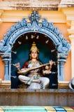 Божества статуи индусские на крыше виска в пределах Batu выдалбливают Batu выдалбливает - комплекс пещер известняка в Куалае-Лумп стоковые фотографии rf