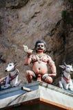 Божества статуи индусские на крыше виска в пределах Batu выдалбливают Batu выдалбливает - комплекс пещер известняка в Куалае-Лумп стоковая фотография rf