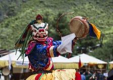 Божество льва снега главное играя барабанчик, бутанский танец маски Cham, Бутан стоковые фото