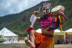 Божество протектора буддизма барабаня и танцуя, танец маски Cham, Бутан стоковое изображение