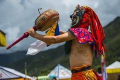 Божество протектора буддизма барабаня и танцуя, танец маски Cham, Бутан стоковая фотография rf