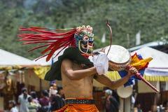 Божество протектора буддизма танцуя и барабаня, танец маски Cham, Бутан стоковая фотография rf