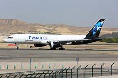 Боинг 757 авиакомпании воздуха Cygnus ездя на такси на авиапорте Мадрида Barajas Adolfo Suarez Стоковые Фотографии RF
