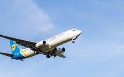 Боинг 737 в предпосылке полета Стоковые Изображения RF