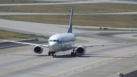 Боинг 737 ездить на такси авиакомпаний Belavia видеоматериал