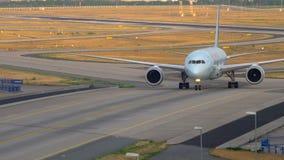 Боинг 787 ездя на такси после приземляться акции видеоматериалы
