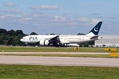 Боинг 777 ездя на такси на манчестерском аэропорте Стоковые Фотографии RF