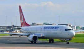 Боинг 737 ездя на такси Стоковые Фото