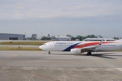 Боинг 737 малайзийской авиакомпании в авиапорте стоковое фото