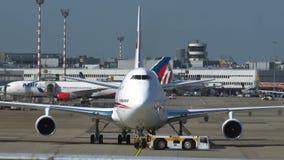 Боинг 747 подготавливает быть отбуксированным путем буксировать машину видеоматериал