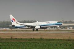 Боинг 737 приземляясь на взлётно-посадочная дорожка Стоковые Изображения