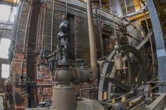 Боилер и паровой двигатель в комнате оборудования Стоковые Фото
